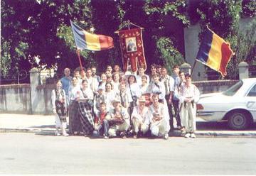 ASCOR Craiova in fata sediului in costume populare de Sf. Dimitrie