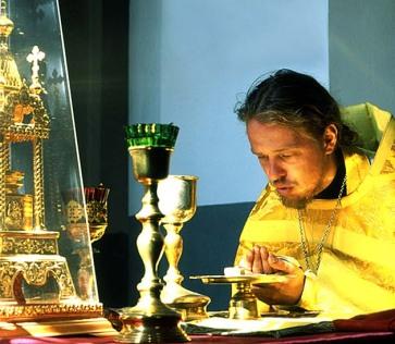 Preot slujind Sfanta Liturghie