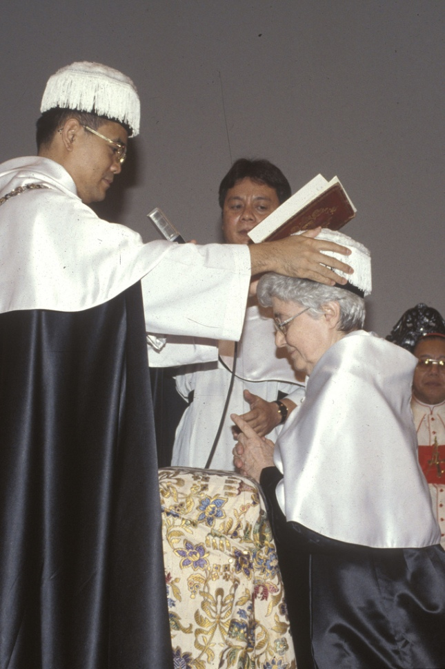 Chiara Lubich primind titlul de laureata in teologie a Univ. sf. Toma din manila.