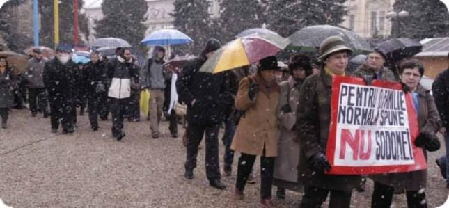 """""""NU sodomiei"""". """"Homosexualitatea e o boală"""". """"Oraşul şi ţara nu vă vor"""". Manifestaţie la Cluj împotriva lesbienelor"""