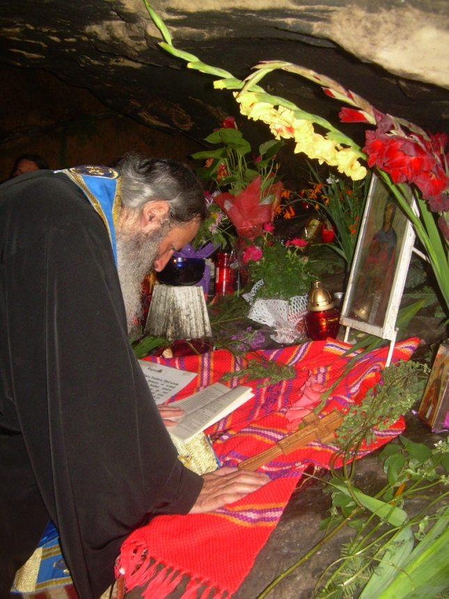 ips teofan in pestera Cuvioasei teodora de la Sihla, citinnd acatist 2.jpeg