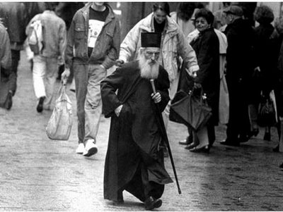 Patriarch Pavle walking Patriarhul Pavle al Serbiei mergand