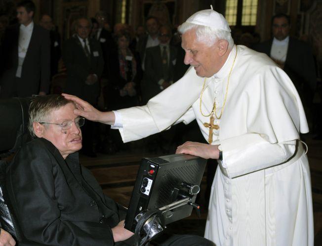ONG oferece masturbação a deficientes físicos  Stephen-hawking-and-pope-benedict-xvi